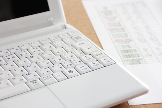 パソコンと会計資料